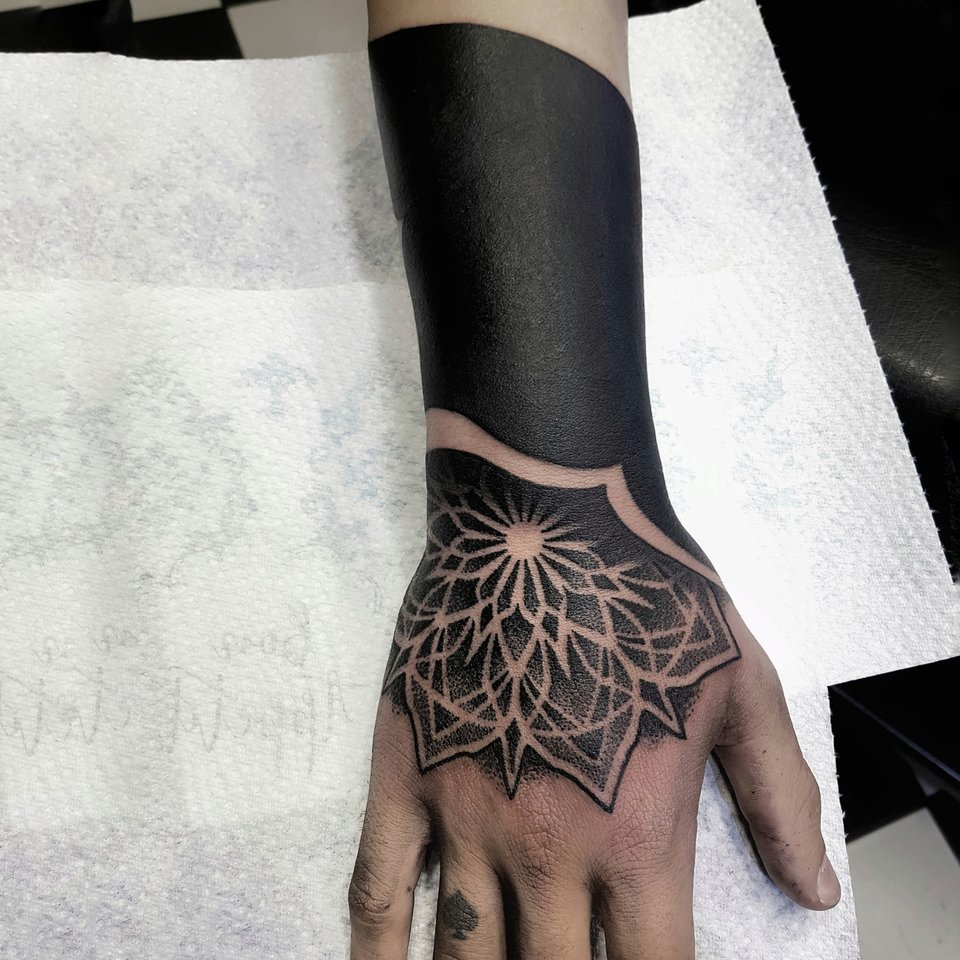 pande-lee-tattoo-arm-hand-blackwork