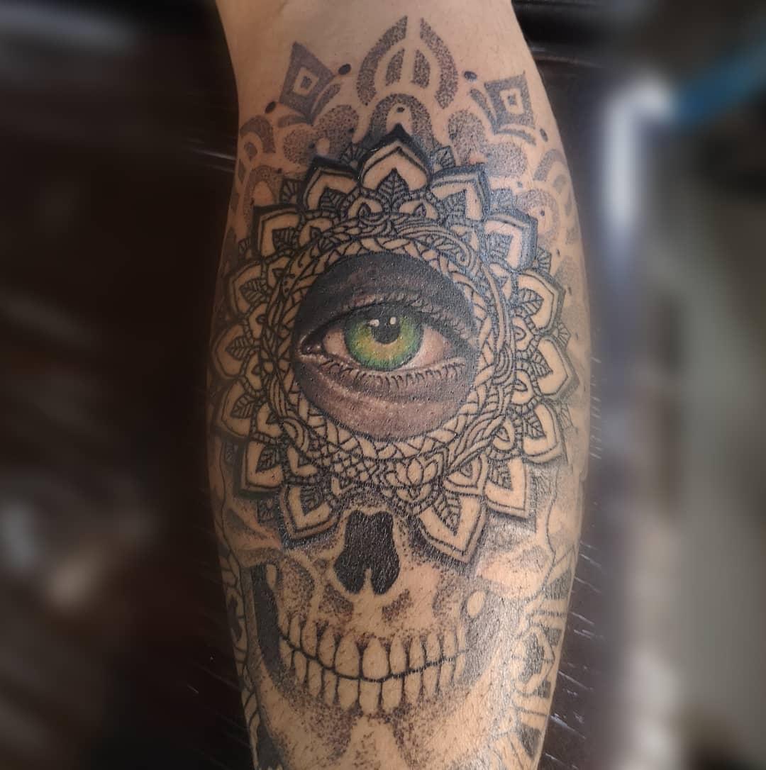 pointillism-tattoo-style-eye