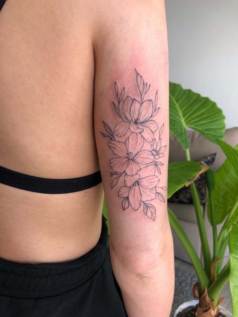 ayelen-tattoo-artist-flowers-arm