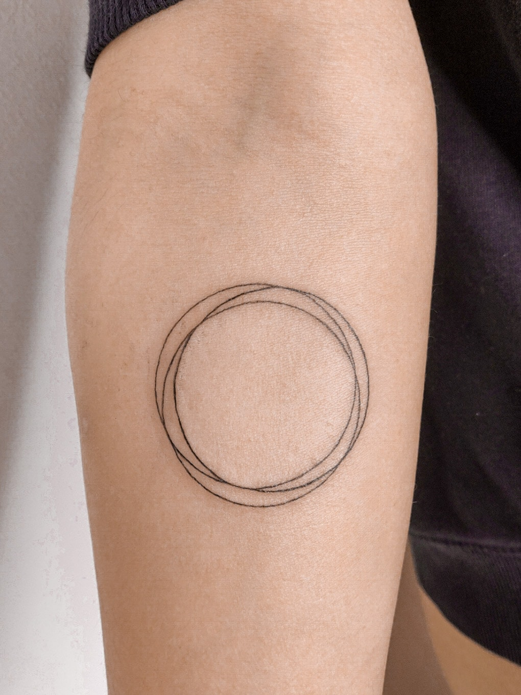 agus-coll-tattoo-artist-circle-arm