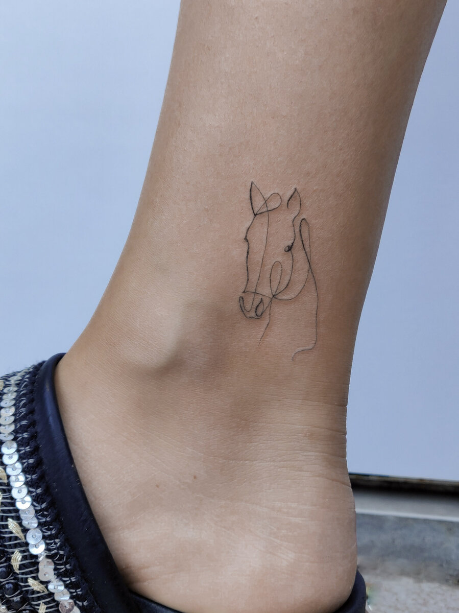 agus-coll-tattoo-artist-horse-oneline