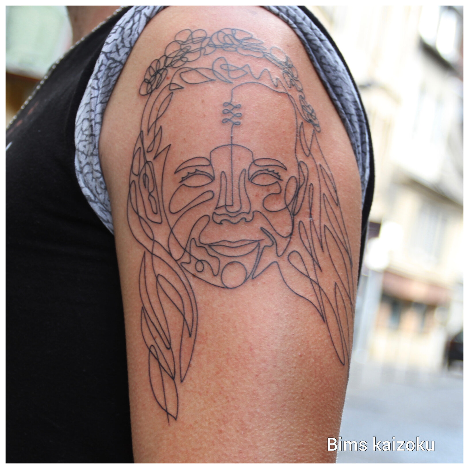 bims-kaizoku-tattoo-artist-oneline-woman-shoulder