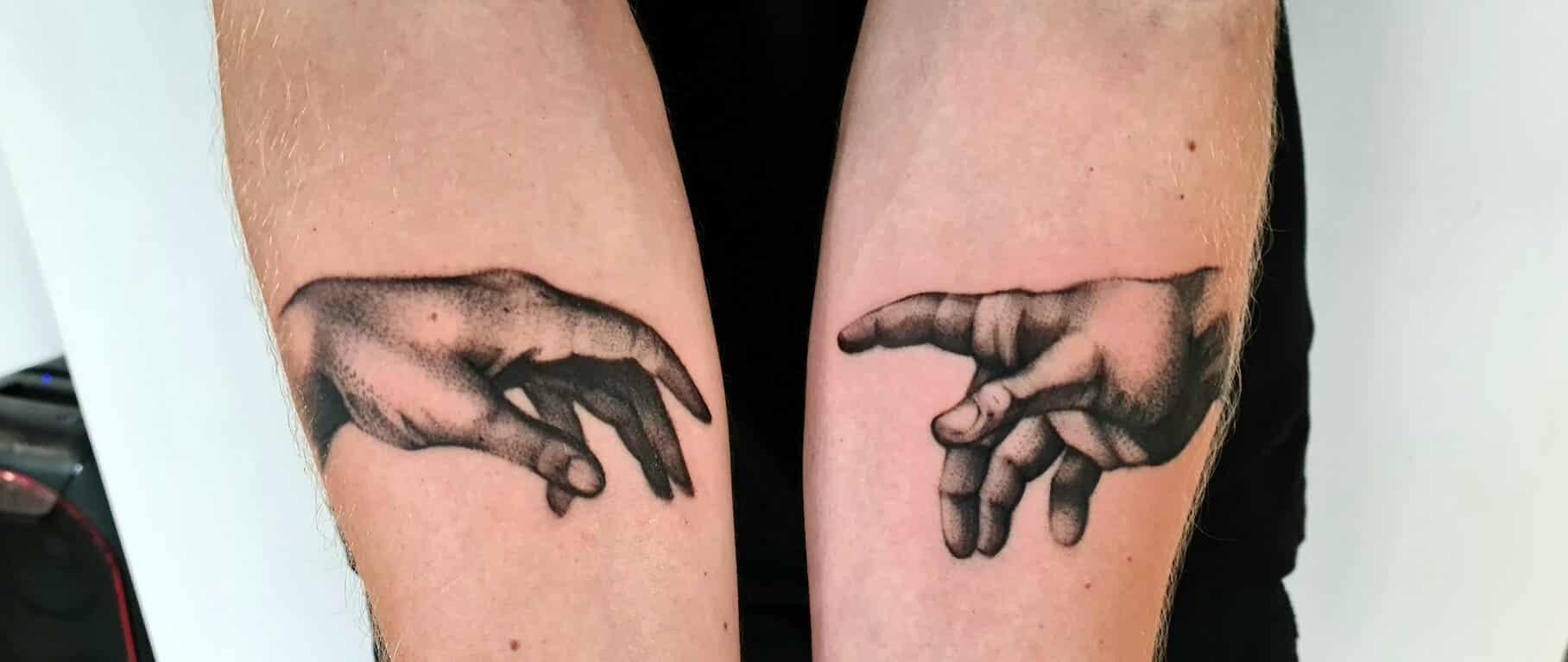 sara-derbis-tattoo-artists-two-hands