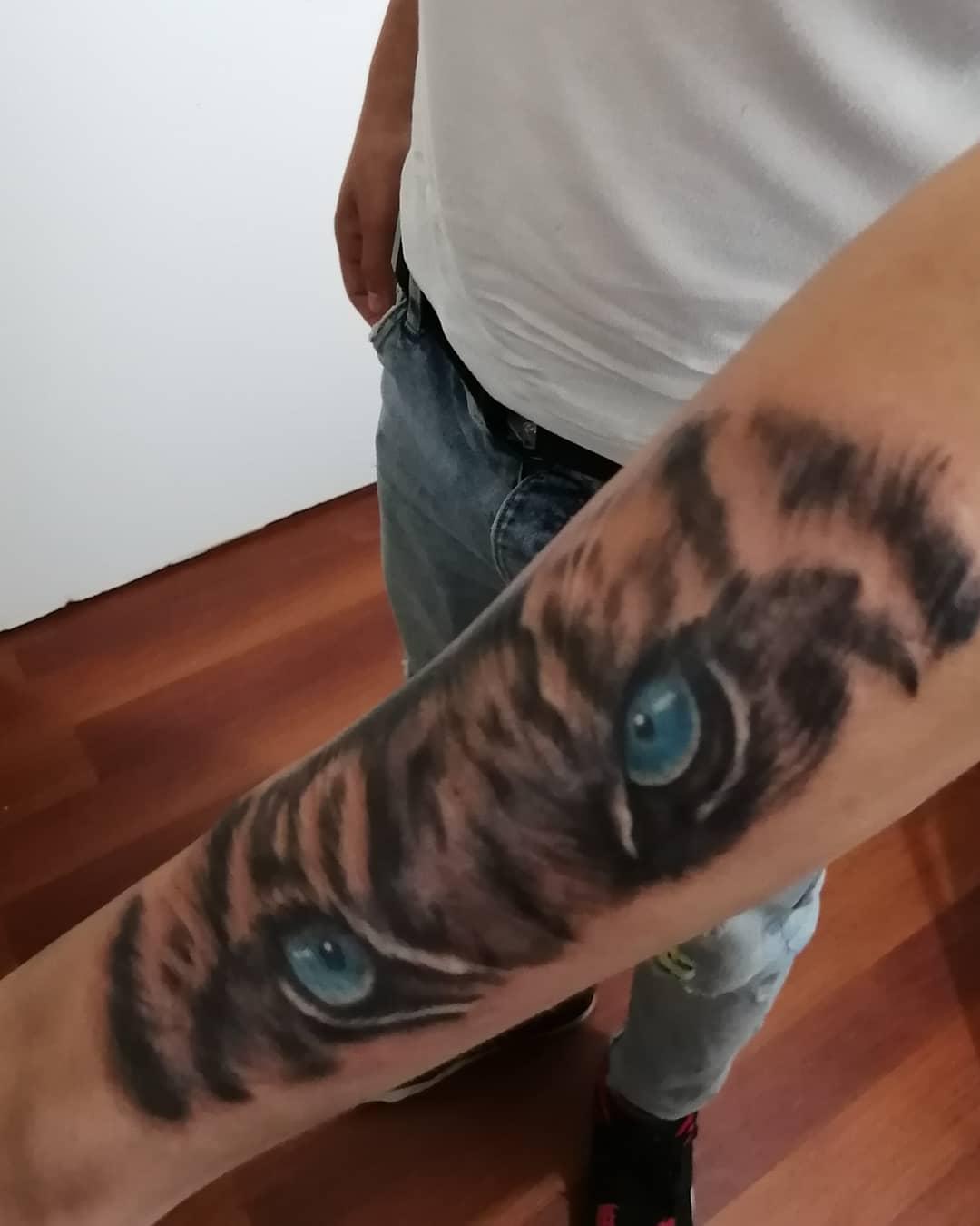 juliana-fuenzalida-tattoo-artist-tiger-eyes