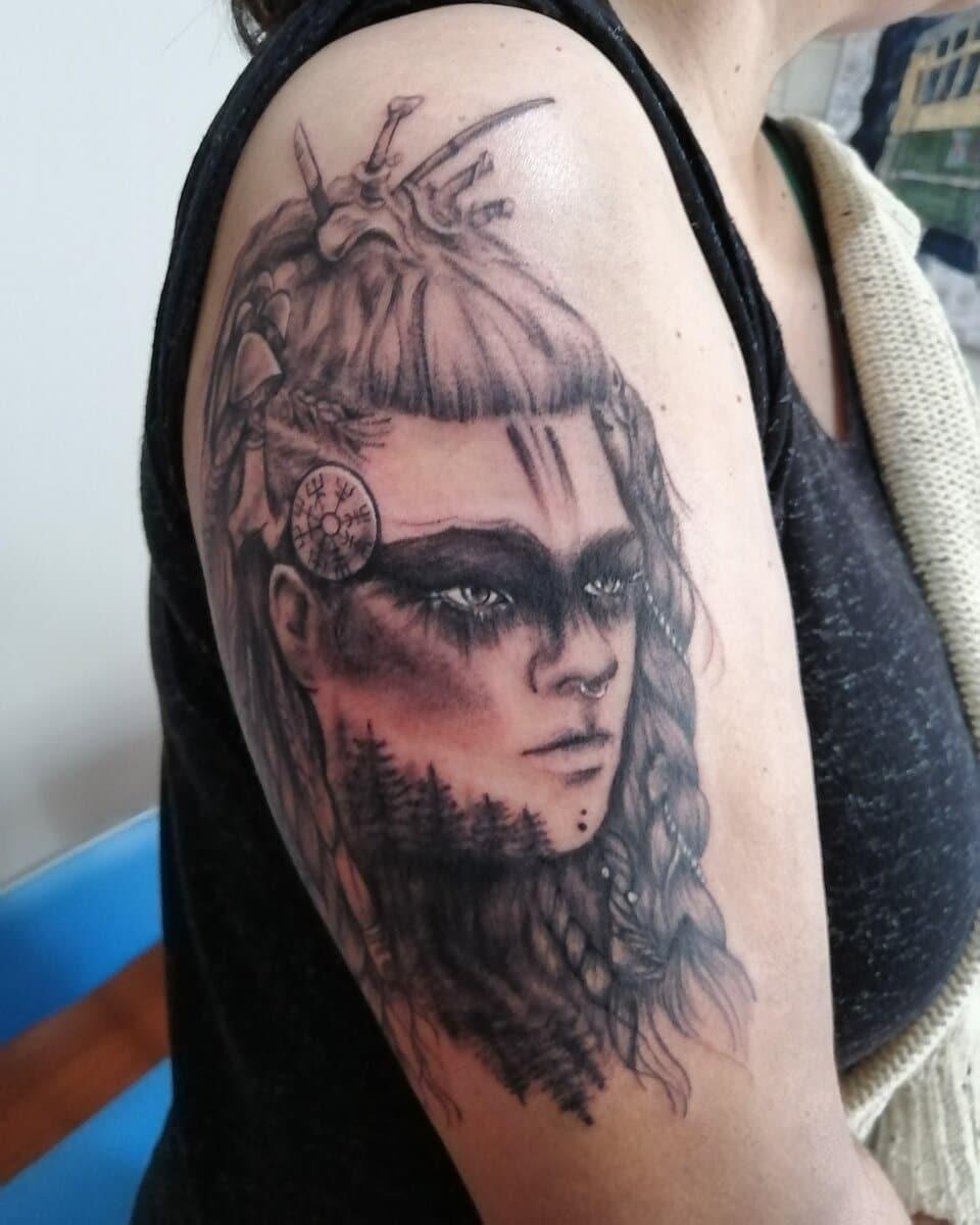 juliana-fuenzalida-tattoo-artist-women-shoulder