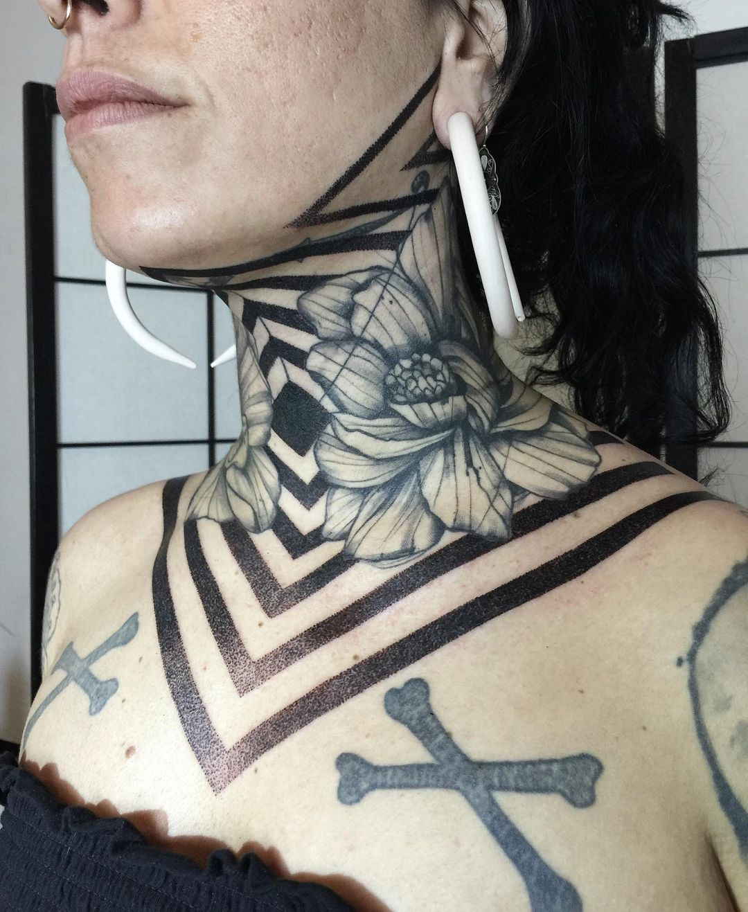 tattoo-ideas-for-women-geometric-neck