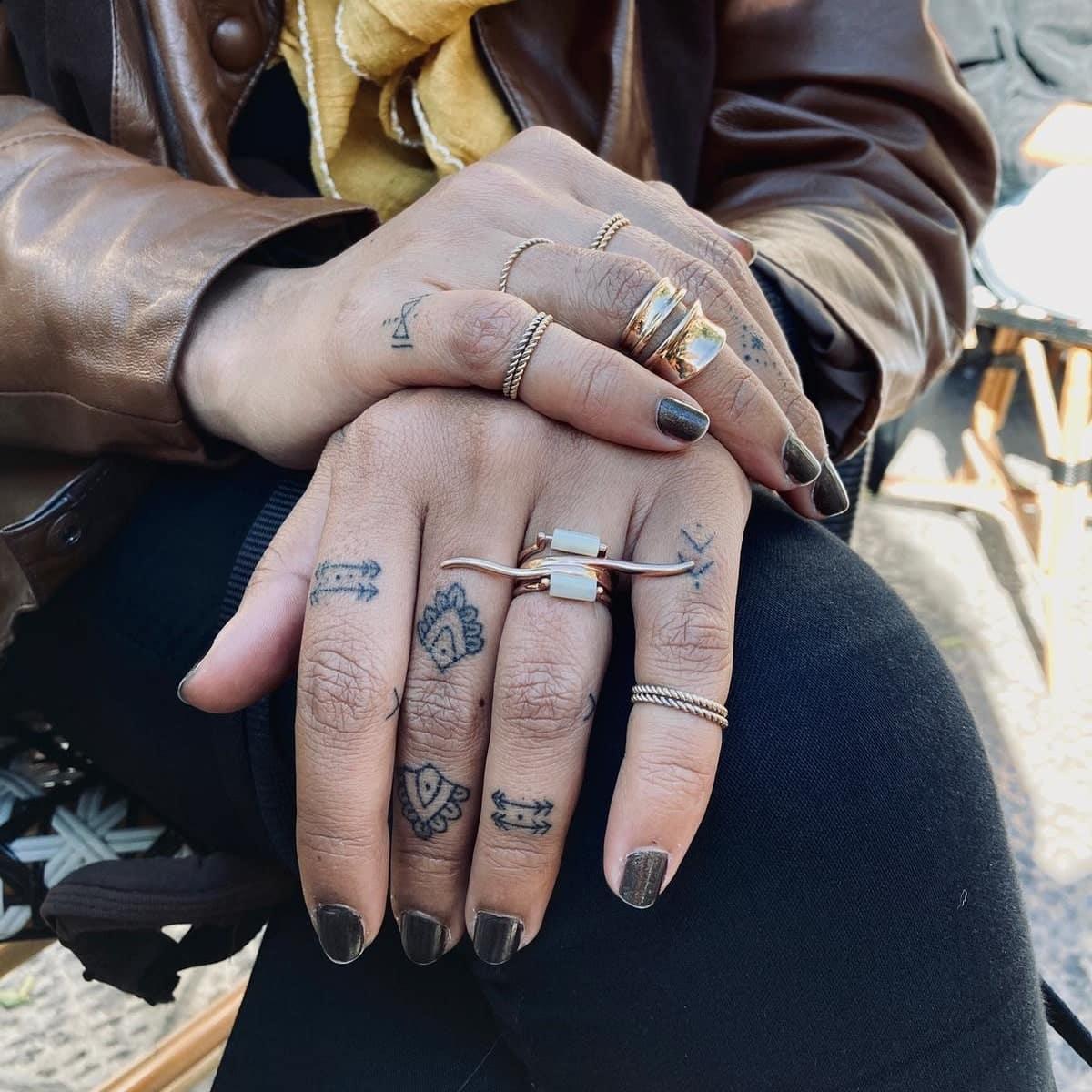valiente-ave-tattoo-artist-hands