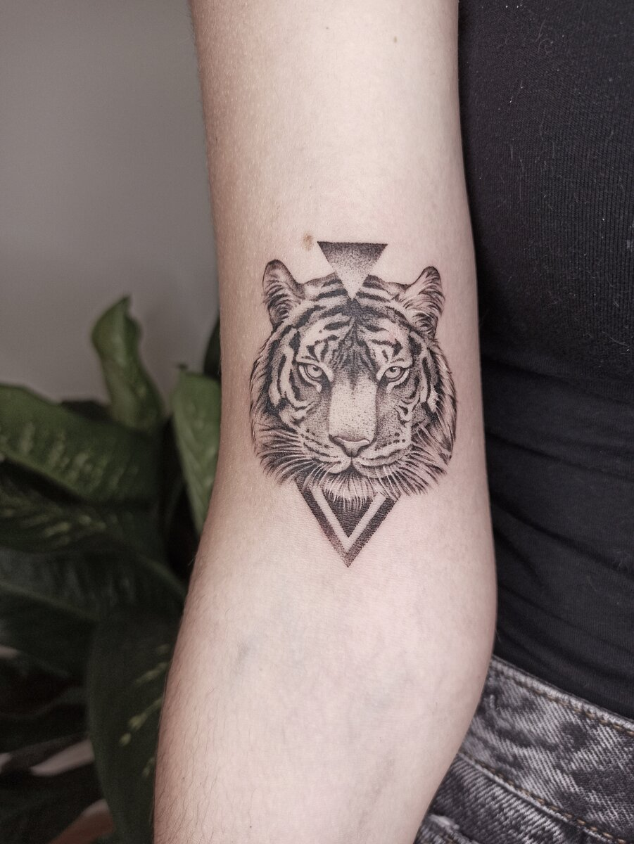 laura aguilar tattoo artist tiger arm