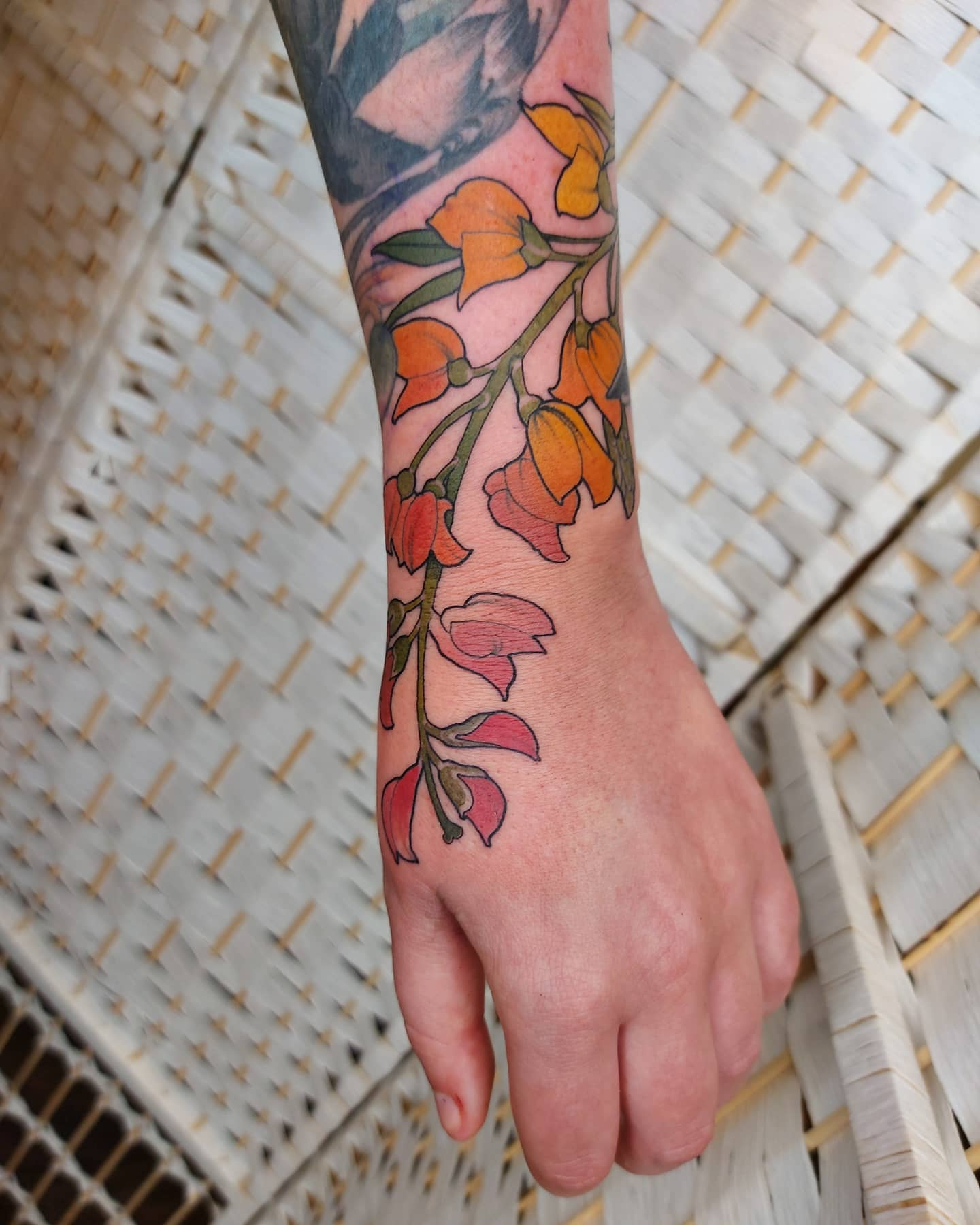 lucy-o-connell-tattoo-artist-hand-flowers-2