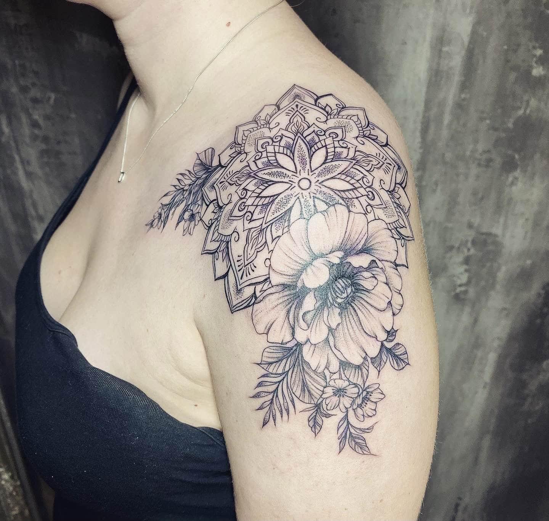 rowena-welter-tattoo-artist-flower-mandala-shoulder