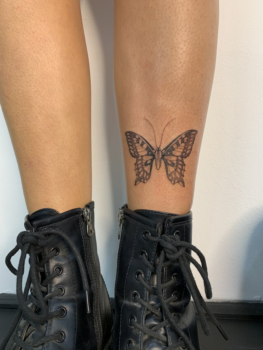 blanka-bartosova-tattoo-artist-butterfly-leg