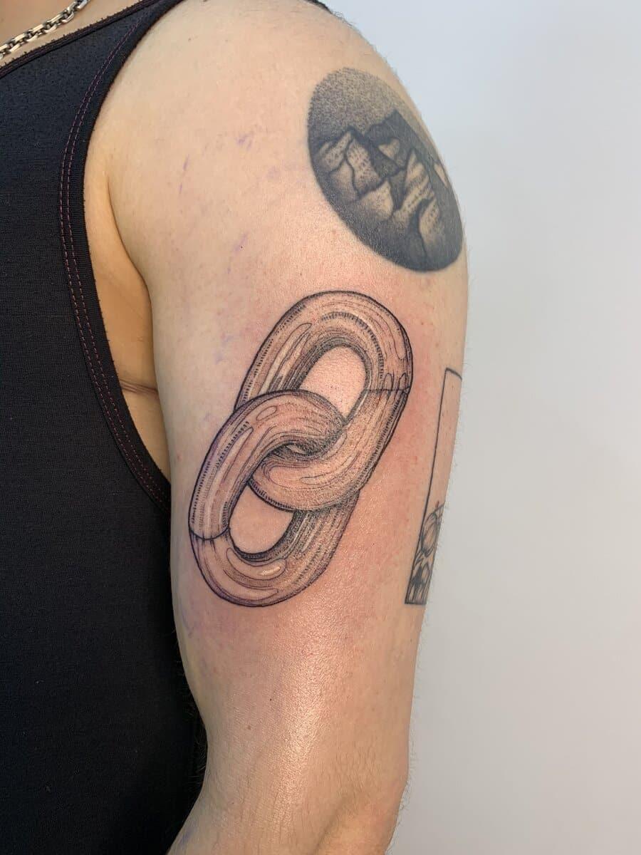 blanka-bartosova-tattoo-artist-chain