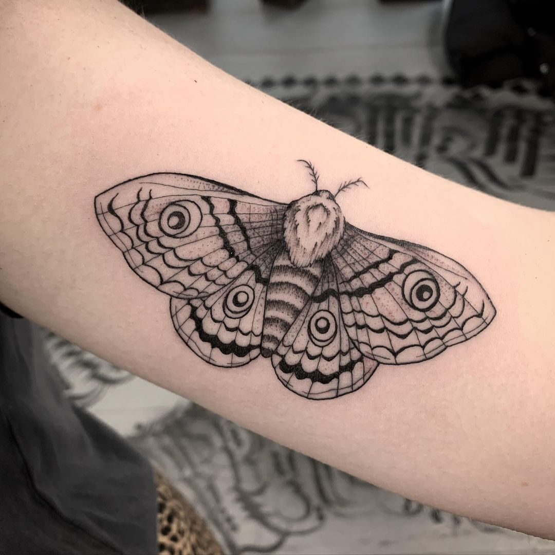 realistic-moth-tattoo-hana-carver