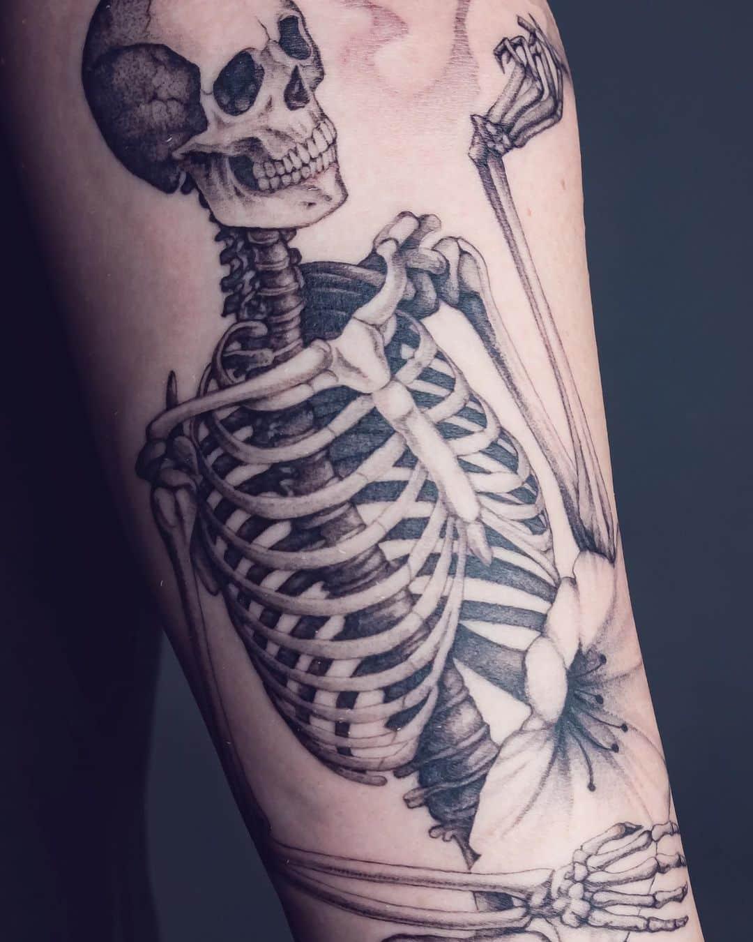sara-fabel-tattoo-artist-skeleton-arm