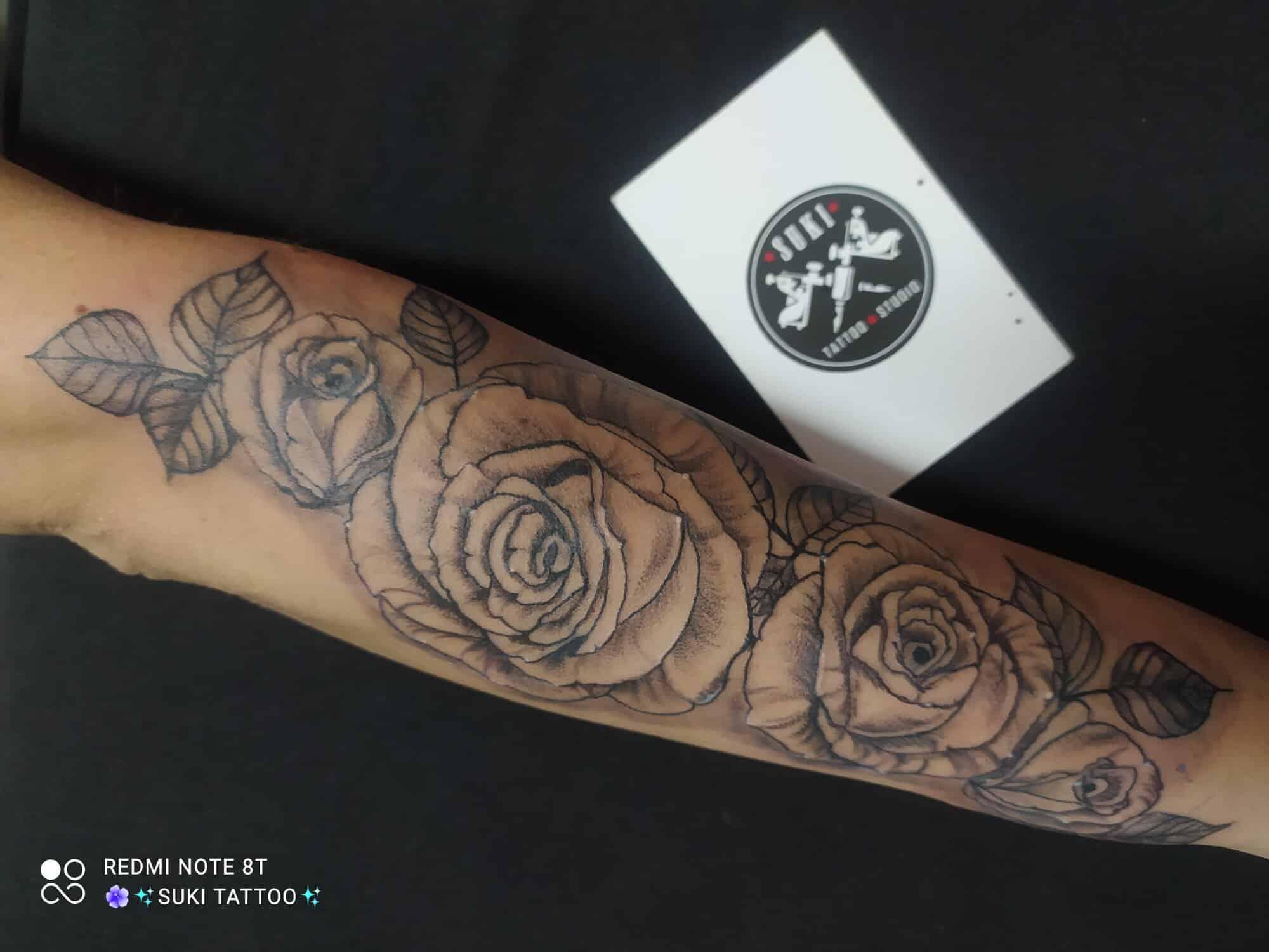 laura-suarez-tattoo-artist-roses-arm